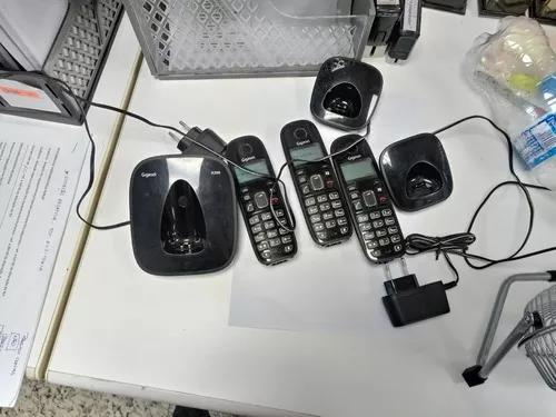 3 telefones gigaset com 2 bases para carregar, s