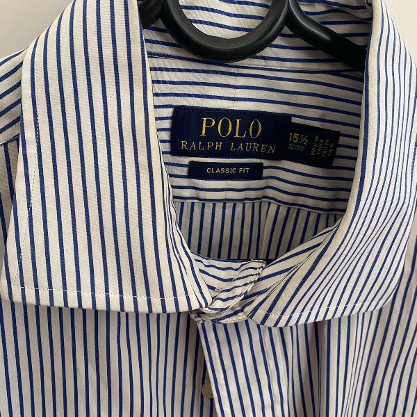 Camisa polo branca e azul