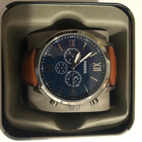 Relógio fóssil elegante com pulseira em couro