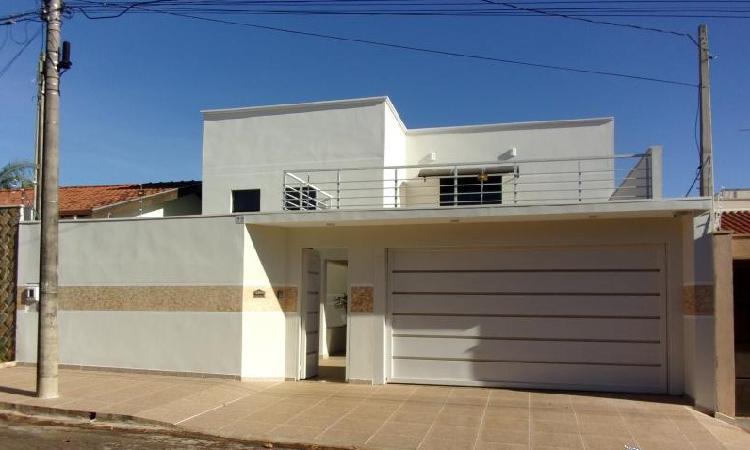 Casa para venda tem 254 metros quadrados com 3 quartos em