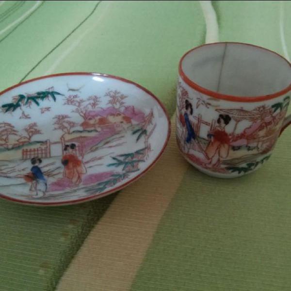 Porcelana japonesa pintada a mão: xícara e pires casca de