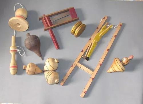 Brinquedo madeira antigo pião matraca bilboque ioio
