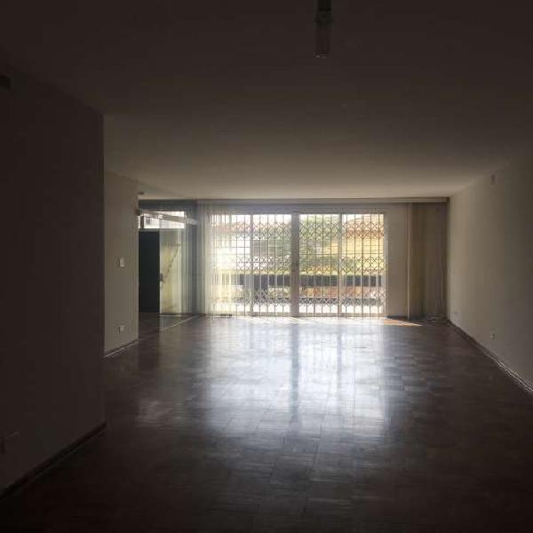 Casa para aluguel possui 250 metros quadrados com 4 quartos