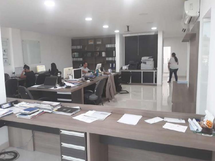 Salão com mais ou menos 80 m² com mobilia