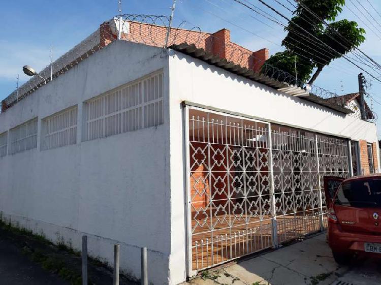 Casa para aluguel possui 250 metros quadrados com 3 quartos