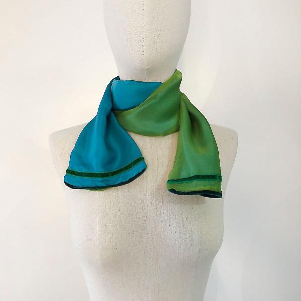 Echarpe de seda azul e verde