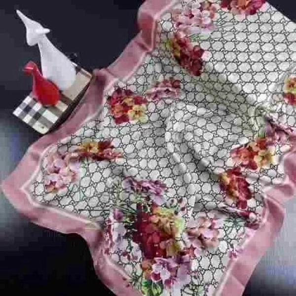 Lenço de seda gucci com impressão das flores
