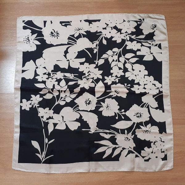 lenço floral preto e bege cetim