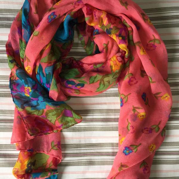 lenço leve, florido