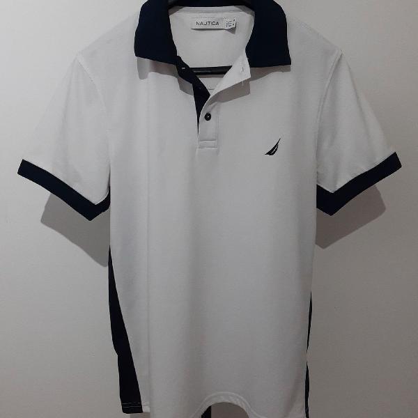 Camisa polo branca e azul marinho