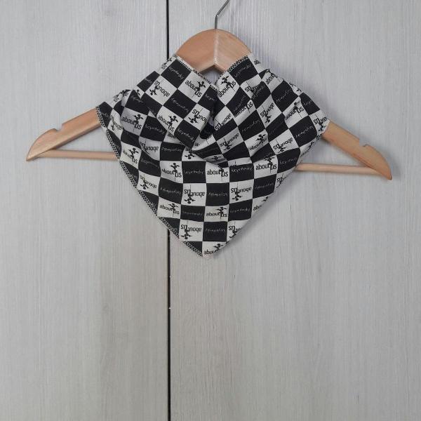 Lenço triangular preto e branco de pescoço