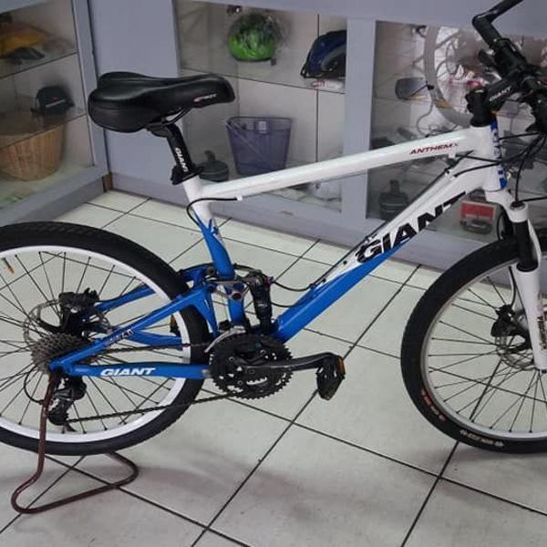 """Bicicleta aro 26"""" giant full suspension totalmente revisada."""