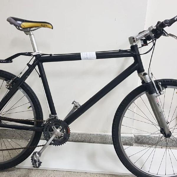 Bicicleta preta com bagageiro