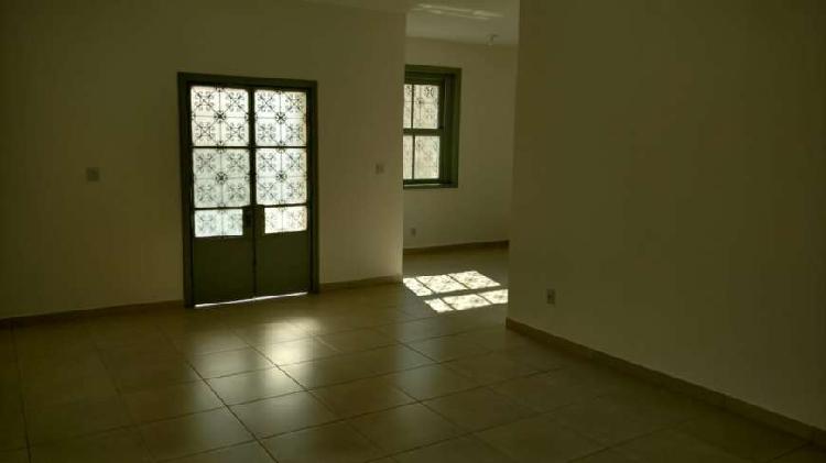 Casa p/ fins comerciais, c/ 150 m2, plataforma elevatória,