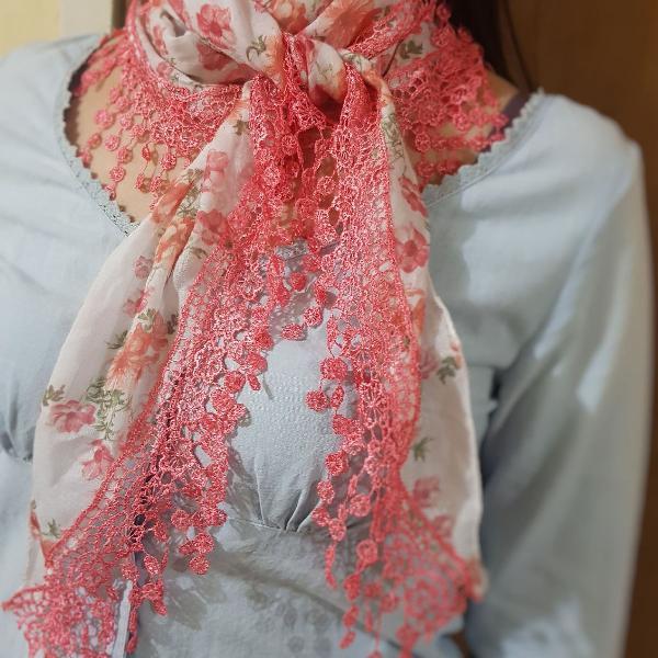 Lenço florido rosa