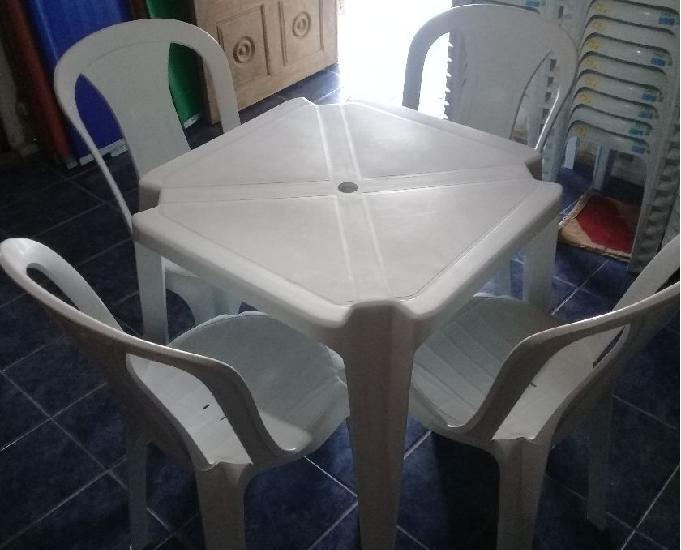 Locação de mesas e cadeiras plásticas. temos toalhas