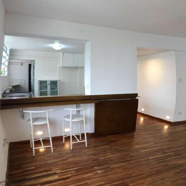 Apartamento reformado na vila nova com cozinha americana. um