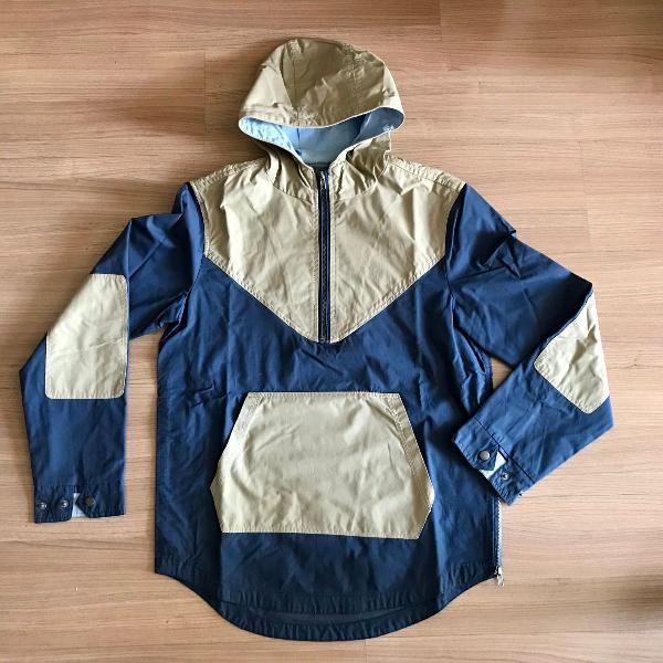 Blusa com capuz impermeável azul e bege - cotton on
