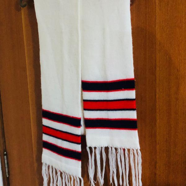 cachecol branco com listras vermelhas e azul marinho*