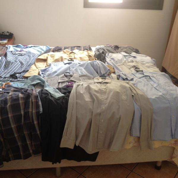 Lote com 21 camisas sociais semi-novas