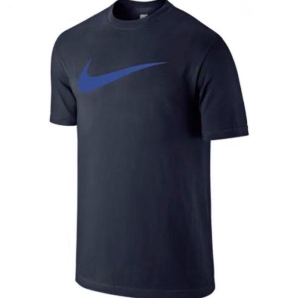 Camiseta nike azul com logotipo