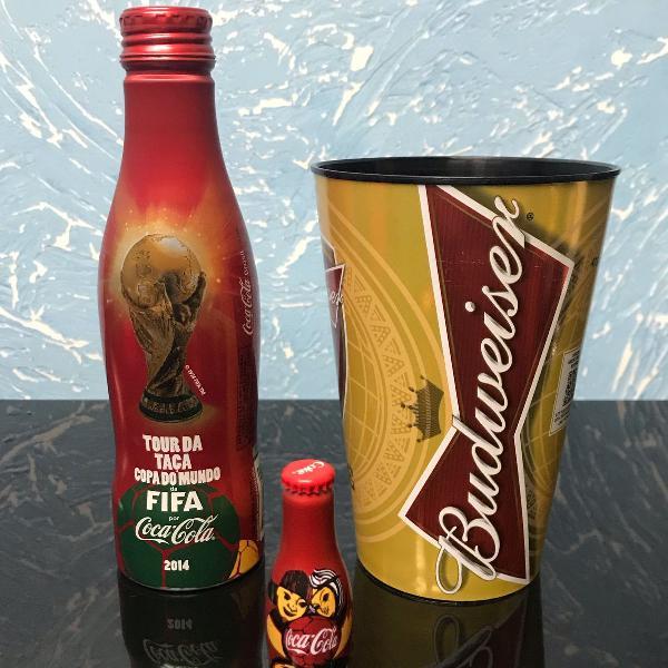 Conjunto de garrafa coca cola e copo da copa do mundo brasil