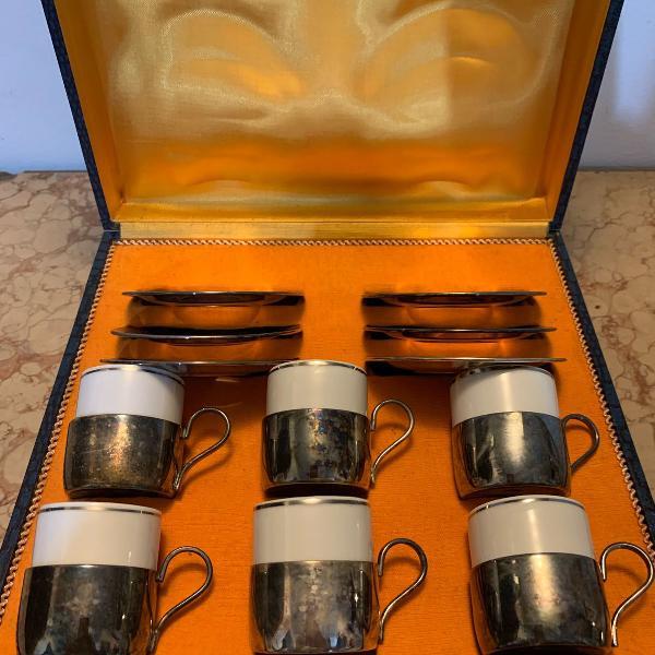Conjunto de xícaras de café de porcelana e prata