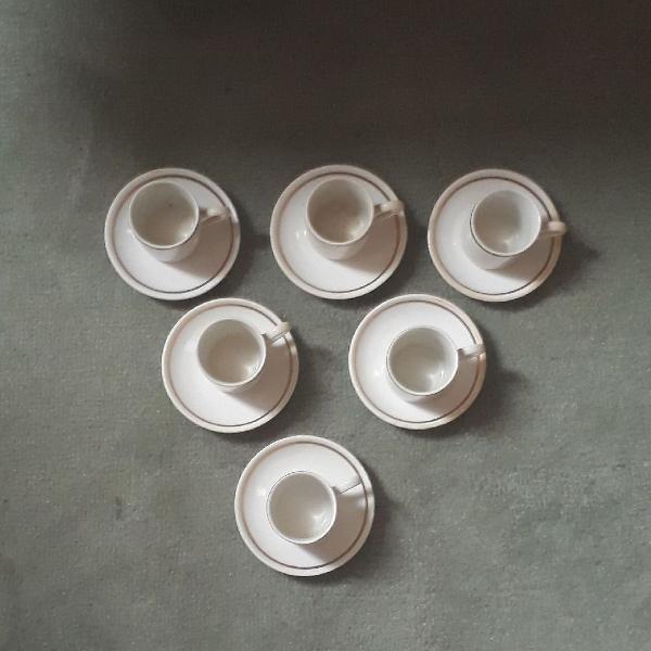Conjunto de xícaras de porcelana
