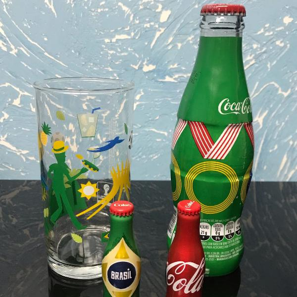 Conjunto garrafa de coca cola e copo do brasil