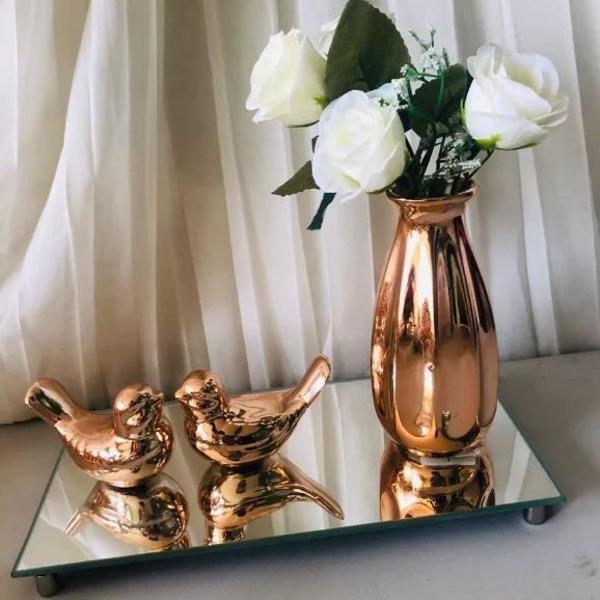 Bandeja espelhada, vaso com arranjo permanentes e pássaros