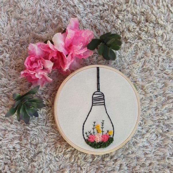 Bastidor bordado à mão de lâmpada florida