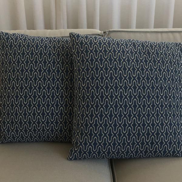 Duas almofadas em tecido nobre azul marinho
