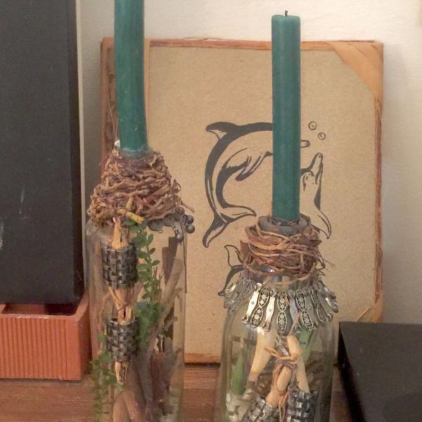 Lindo par de candelabros em garrafas antigas