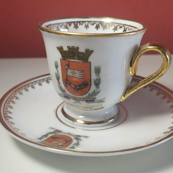 Xícara e pires de porcelana comemorativa do iv centenário