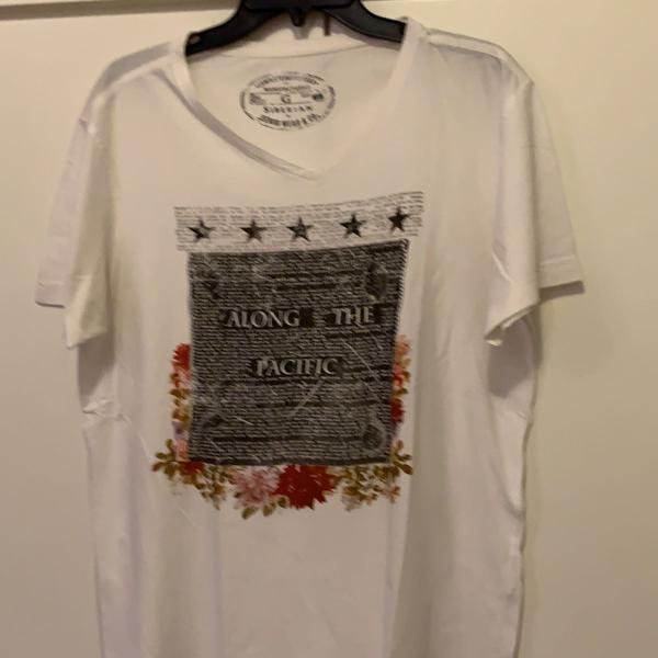 Camiseta masculina manga curta branca com decote v marca