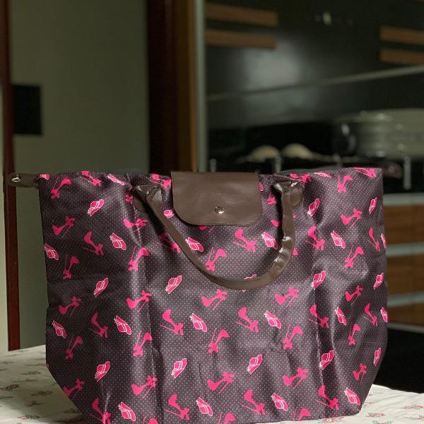 Bolsa/mala retrô com estampa vintage.
