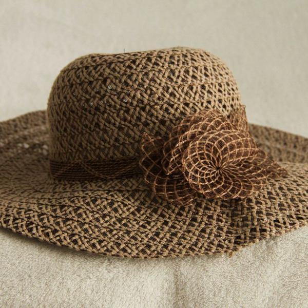 Chapéu feminino marrom com detalhe de flor