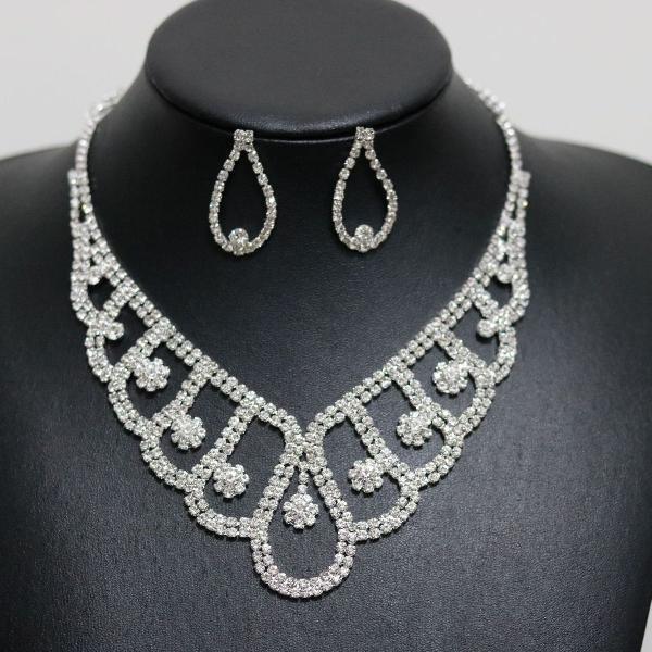 Lindo conjunto de colar e brincos para noivas e debutantes