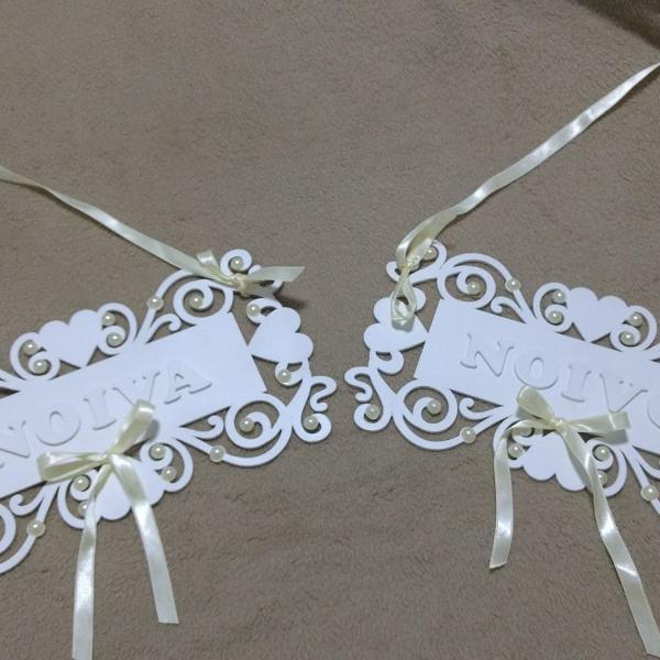 Plaquinhas para cadeira da noiva e do noivo