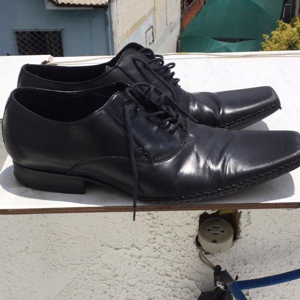 Sapato zara de couro e costura
