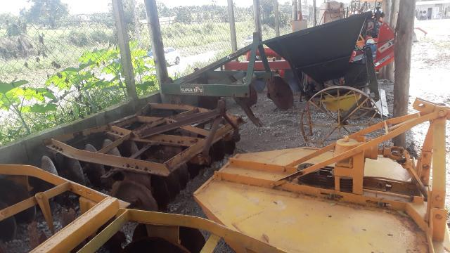 Vendo implementos agrícolas e tratores