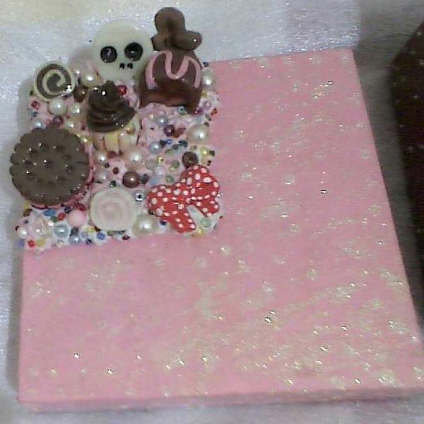 Caixa com tampa decorada com peças de biscuit.