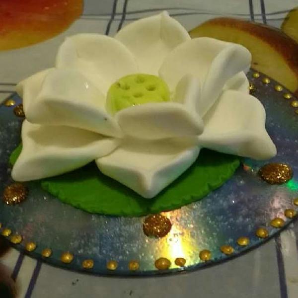 Incensário flor de lótus branca.