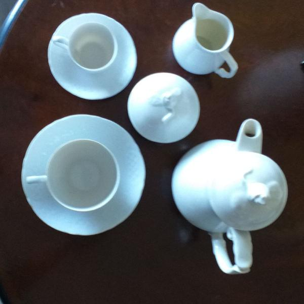 Jogo de chá e café para seis pessoas.