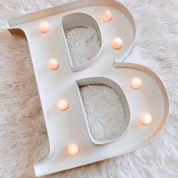 Luminaria branca de letra b