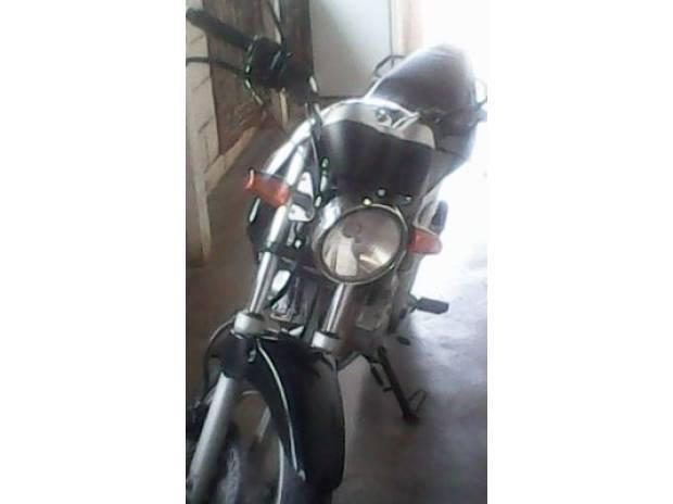 Moto twister ano 2005 cor preta em ótimo estado.