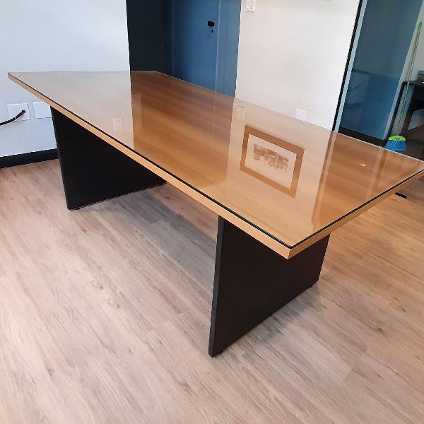 Mesa retangular em madeira com vidro