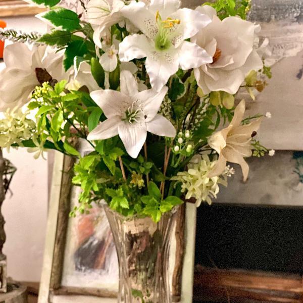 Arranjo floral deslumbrante de lírios