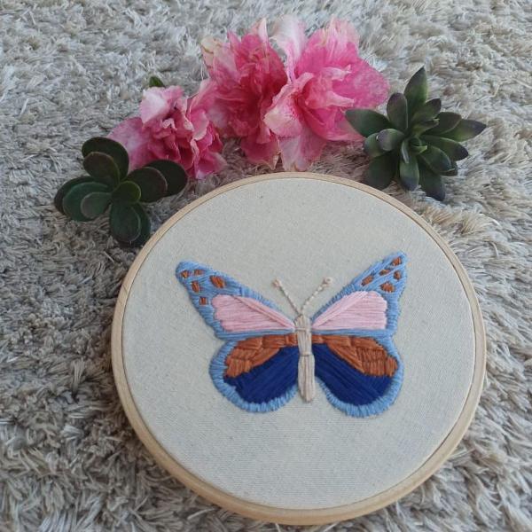 Bastidor bordado à mão de borboleta
