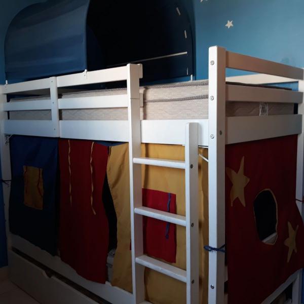 Cama treliche com tendas e colchões